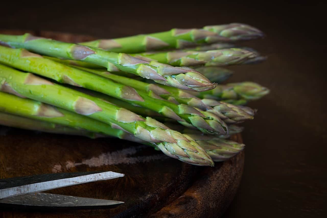 Macro shot of asparagus on a cutting board