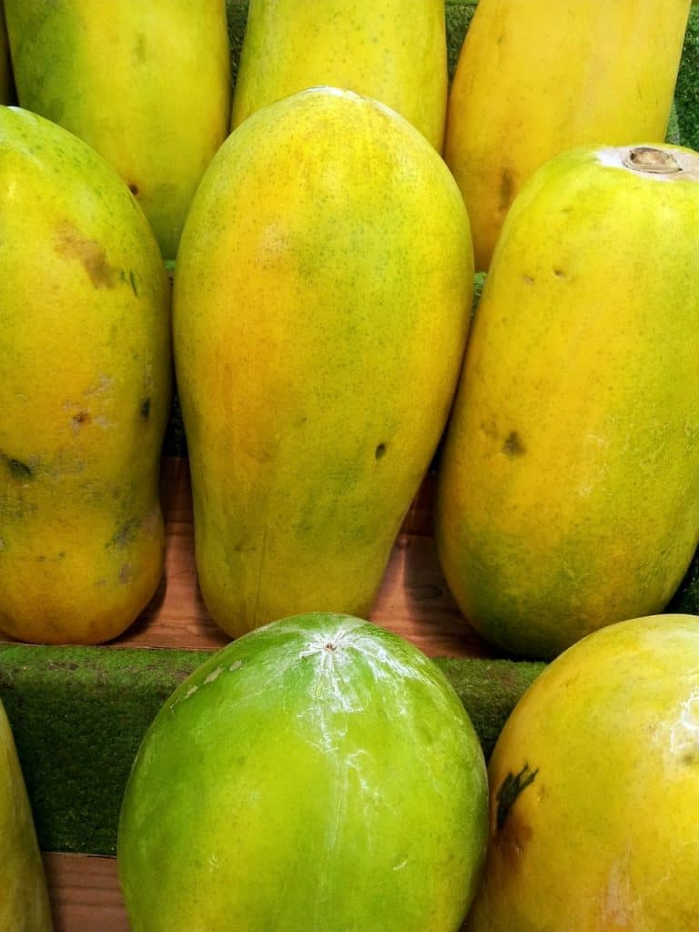 How to pick a ripe papaya in a wet market